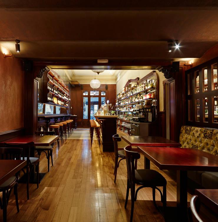 Sala 1: Locales gastronómicos de estilo  de Carlos Martinez Interiors