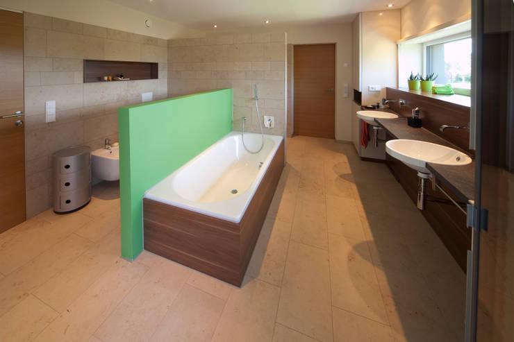 Elternbad: moderne Badezimmer von Knychalla + Team, Architekten, Stadtplaner GmbH