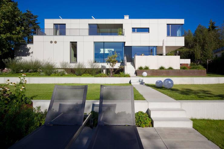 Gartenansicht: moderne Häuser von Knychalla + Team, Architekten, Stadtplaner GmbH