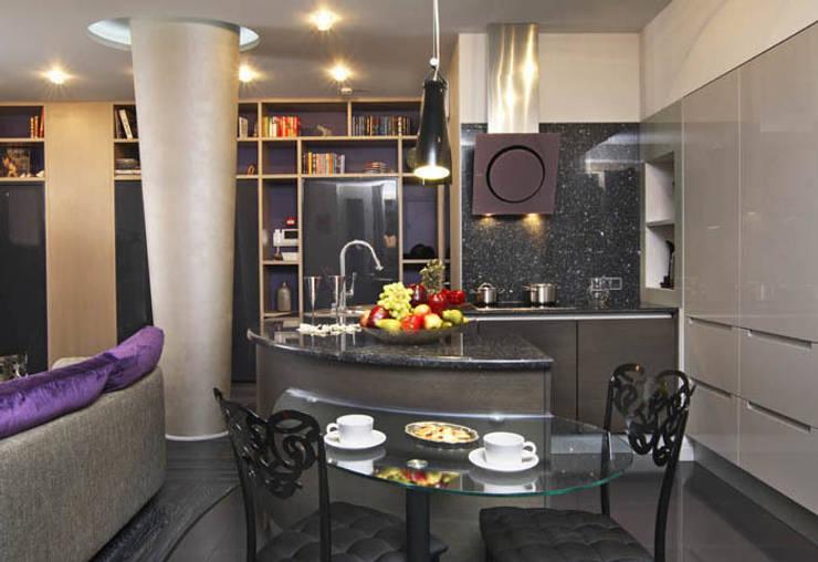 Квартира с двумя спальнями в Москве: Кухня в . Автор – Студия Татьяны Гребневой