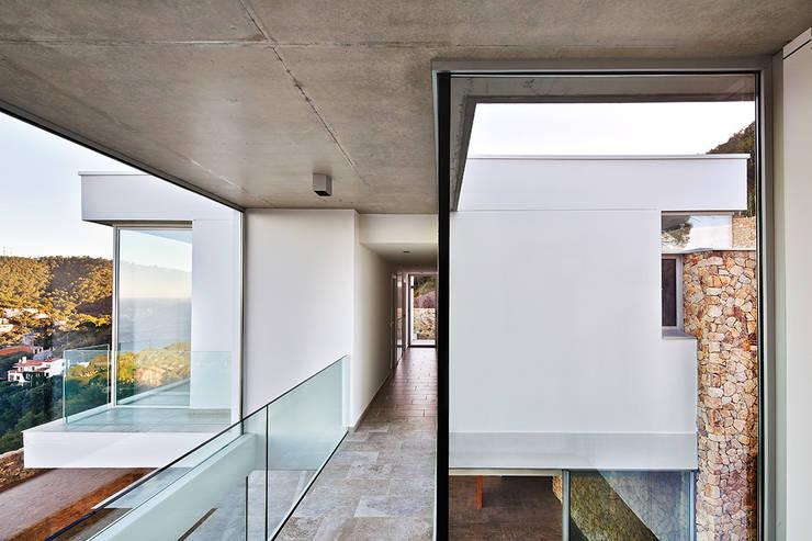Juncal & Rodney house: Pasillos y vestíbulos de estilo  de Pepe Gascón arquitectura