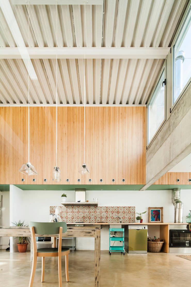 Casa Migdia: Cocinas de estilo  de Sau Taller d'Arquitectura