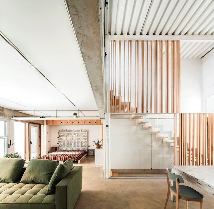 Casa Migdia: Salones de estilo minimalista de Sau Taller d'Arquitectura