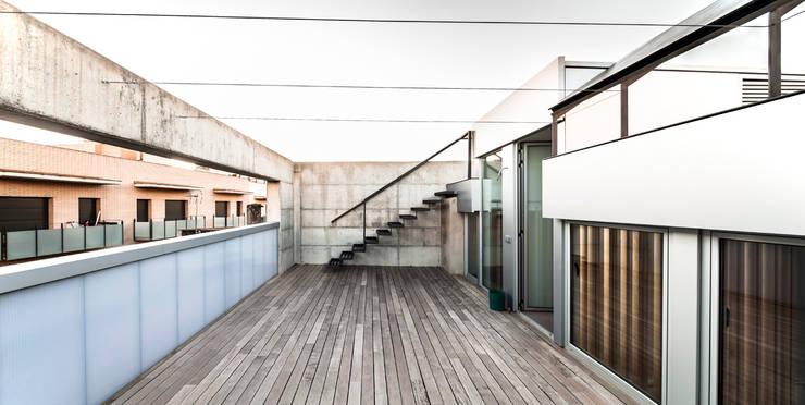 Casa Migdia: Terrazas de estilo  de Sau Taller d'Arquitectura