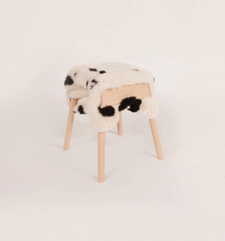 Livestock stool (Big haun):  Woonkamer door Product Design - Tijn van Orsouw