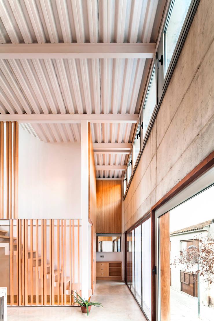Casa Migdia: Comedores de estilo  de Sau Taller d'Arquitectura