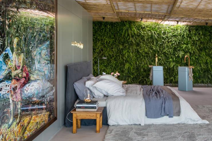 Camera da letto in stile  di Gisele Taranto Arquitetura