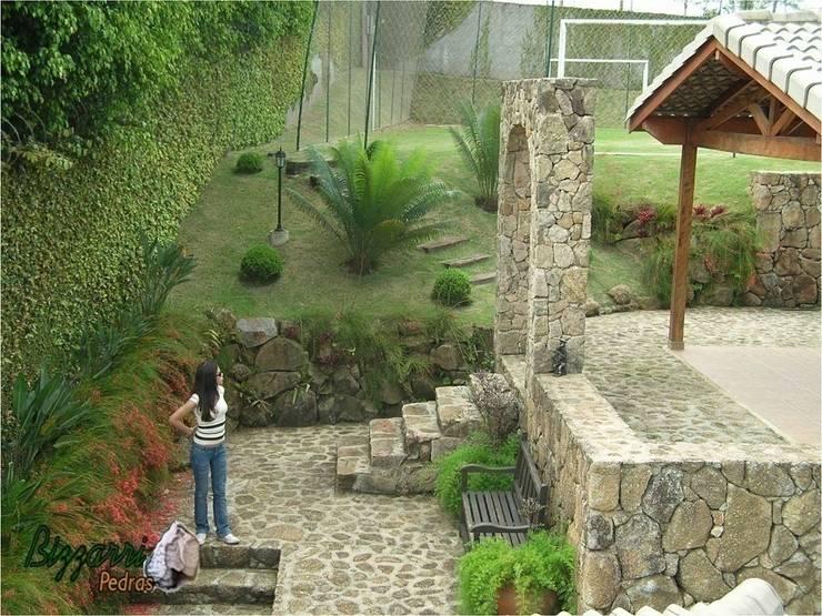 Muro de pedra: Casas rústicas por Bizzarri Pedras