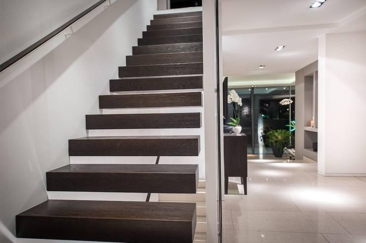 Treppe mit frei auskragenden Stufen:  Flur & Diele von FLOW.Generalunternehmer