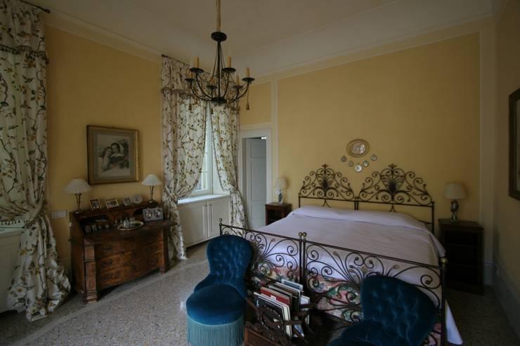 Villa Silva - Torno Lago di Como: Camera da letto in stile in stile Classico di Archiluc - Studio di Architettura Lucini Associati
