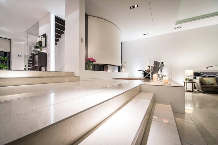 Cubus Luxushaus - Neubau:  Wohnzimmer von FLOW.Generalunternehmer
