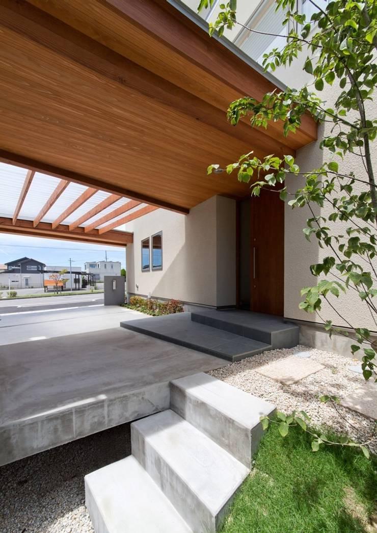玄関前: 森建築設計室が手掛けたテラス・ベランダです。