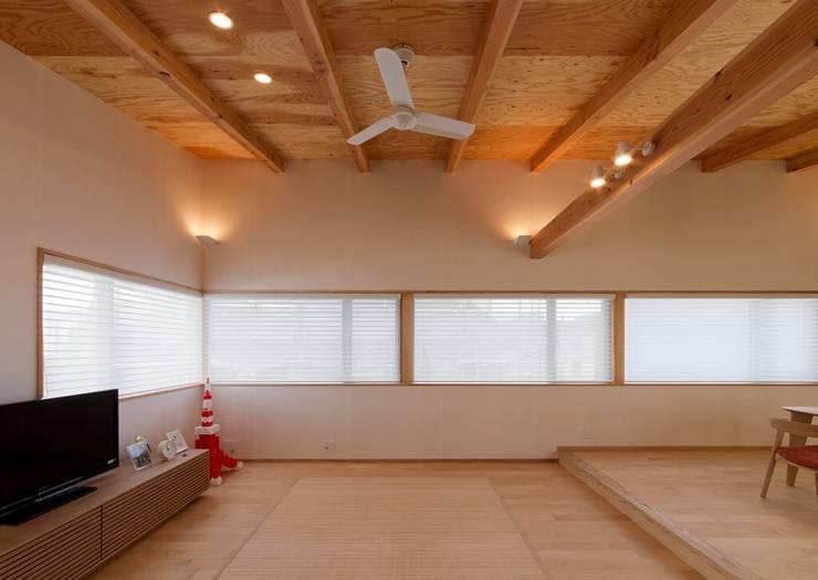 リビングルーム: 森建築設計室が手掛けたリビングです。