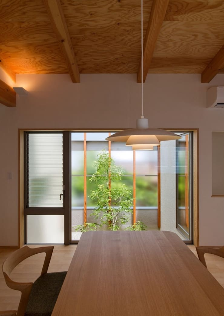 ダイニングと中庭: 森建築設計室が手掛けたダイニングです。