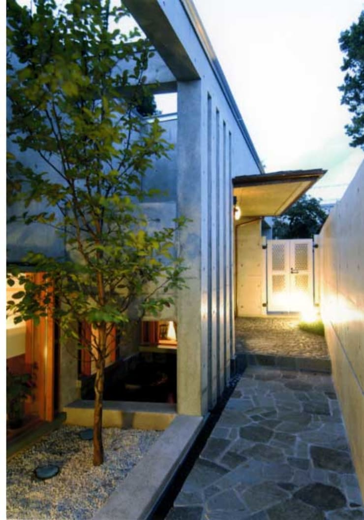 丘水庵アプローチ: 片倉隆幸建築研究室が手掛けた家です。