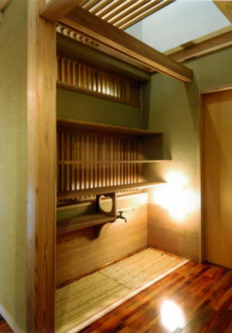 丘水庵 水屋: 片倉隆幸建築研究室が手掛けた玄関&廊下&階段です。