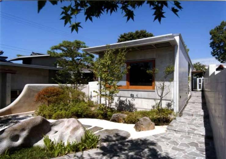 丘水庵 アプローチ: 片倉隆幸建築研究室が手掛けた家です。
