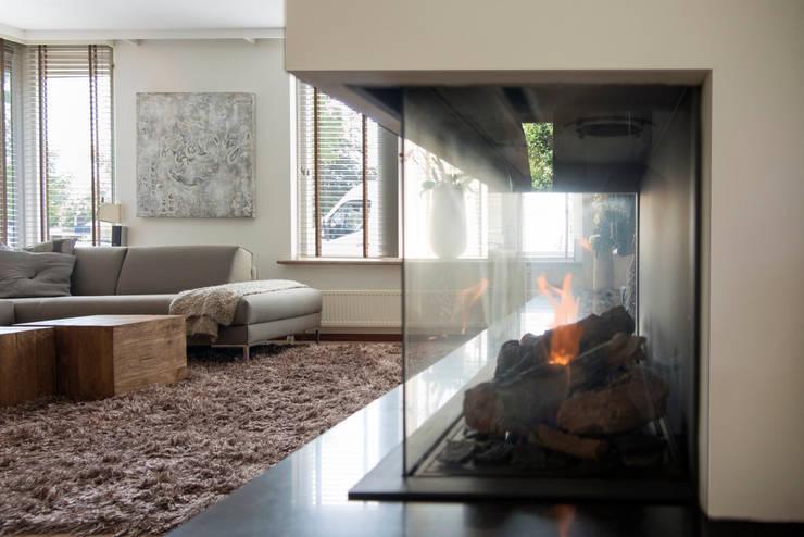 Moderne gashaard:  Woonkamer door Hemels Wonen interieuradvies en ontwerp