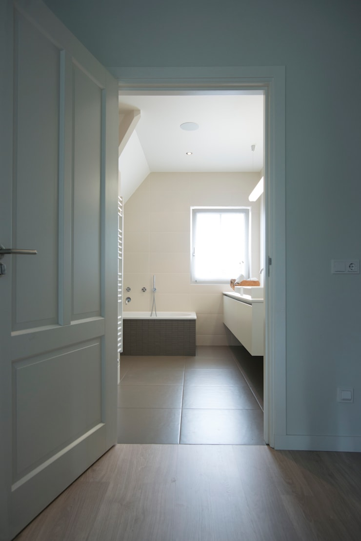 Doorkijk van de gang naar de badkamer:  Badkamer door Hemels Wonen interieuradvies , Modern