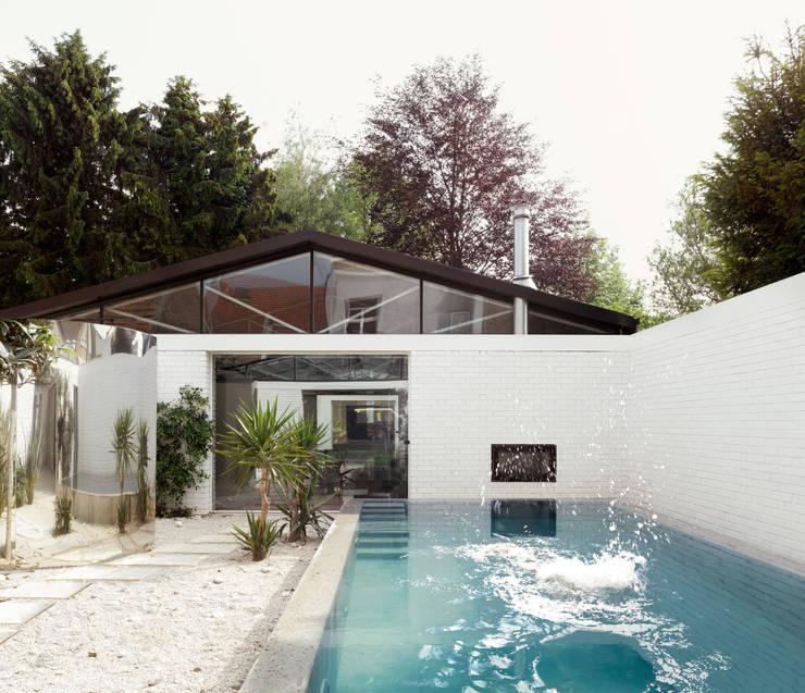 OFFICE 56 © Bas Princen: Jardin d'hiver de style  par OFFICE Kersten Geers David Van Severen