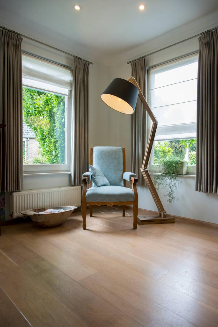 Leesplekje:  Woonkamer door Hemels Wonen interieuradvies , Modern