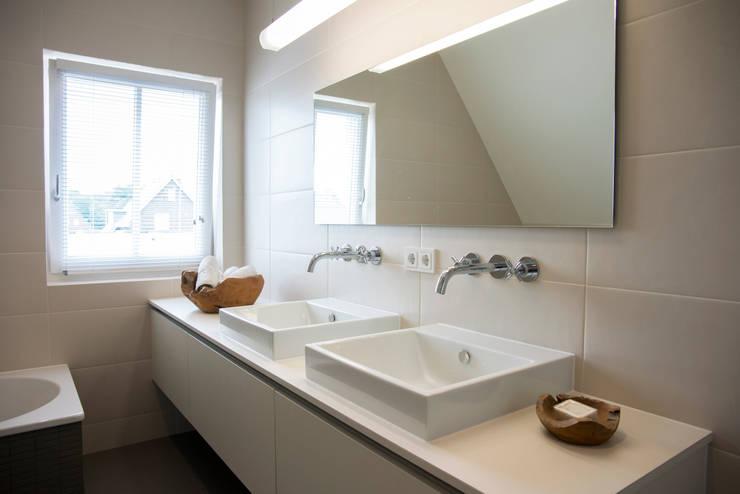 Badkamer meubel:  Badkamer door Hemels Wonen interieuradvies en ontwerp