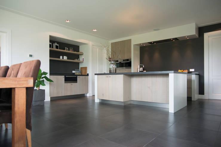 Moderne houten keuken:  Keuken door Hemels Wonen interieuradvies en ontwerp