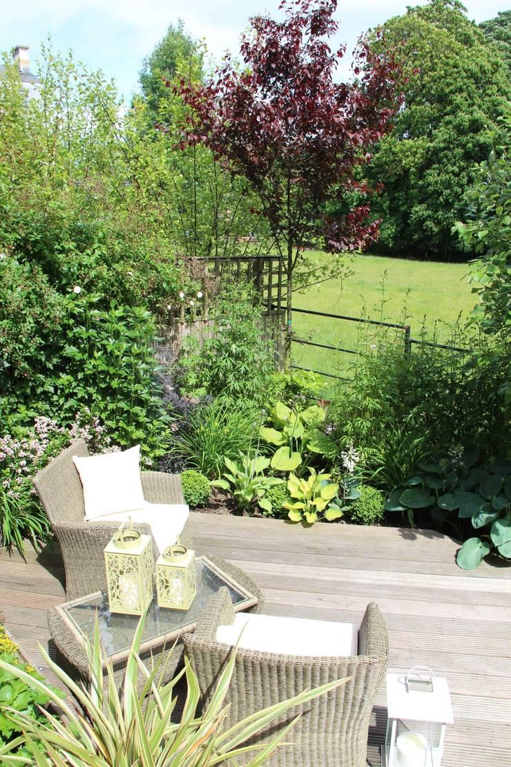 Courtyard garden:  Garden by Dawn Garden Design