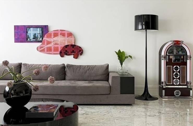 Triplex Moema: Salas de estar  por STUDIO CAMILA VALENTINI