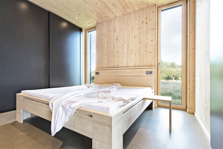 Sommerhaus Südburgenland: moderne Schlafzimmer von 24gramm Architektur