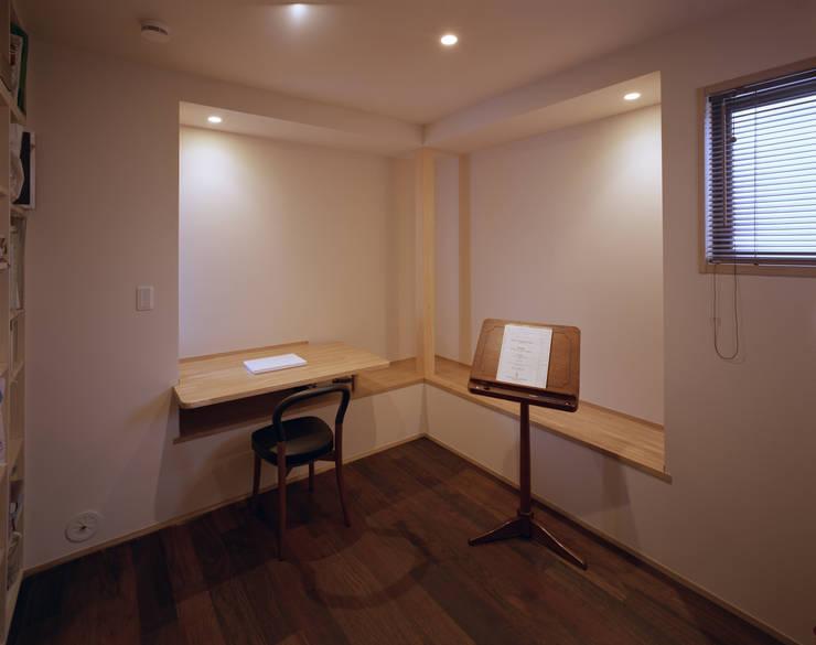 音楽スタジオ: 矩須雅建築研究所が手掛けた書斎です。