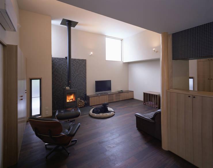 リビングルーム1: 矩須雅建築研究所が手掛けたリビングです。