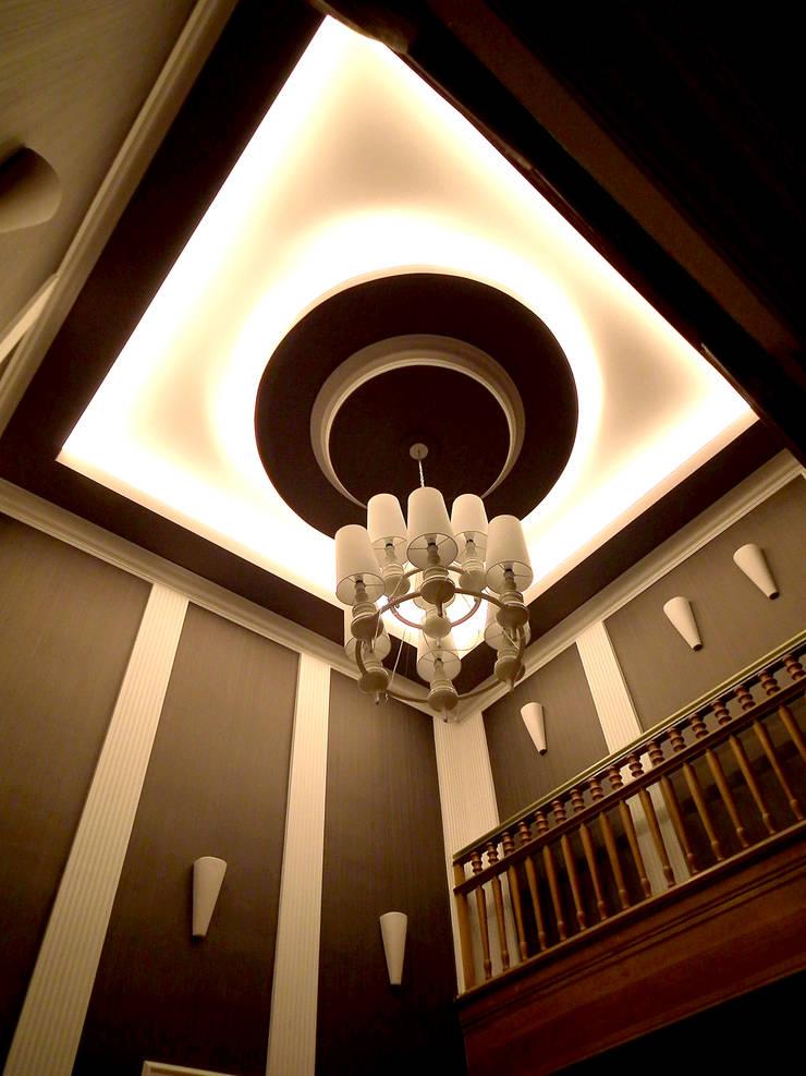 Eleganckie Wnętrze: styl , w kategorii Korytarz, przedpokój zaprojektowany przez LMarchitekt,Klasyczny