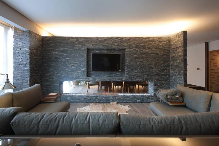 Salas de estar modernas por kababie arquitectos