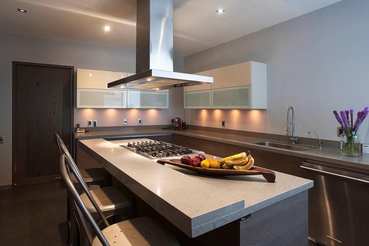 Cocinas de estilo moderno por kababie arquitectos