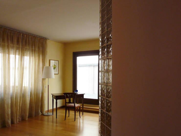 Angolo studio: Studio in stile in stile Moderno di Interni d' Architettura