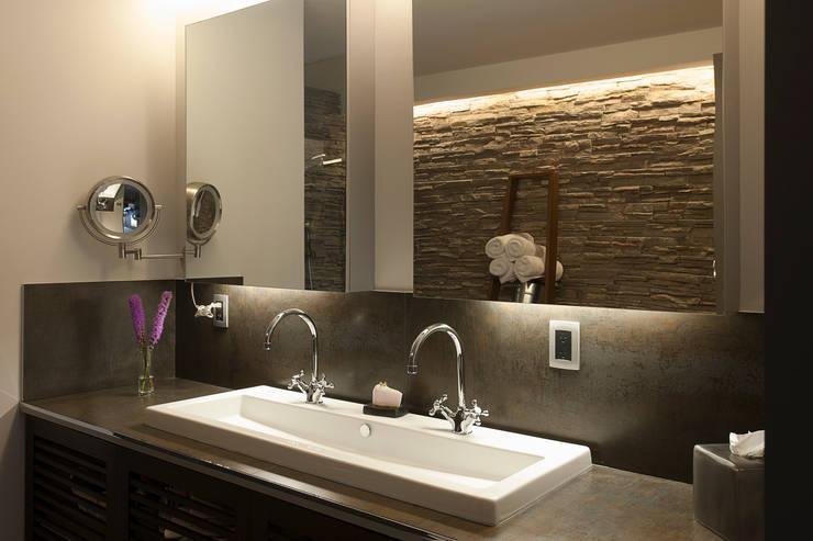 Salle de bain de style de style Moderne par kababie arquitectos