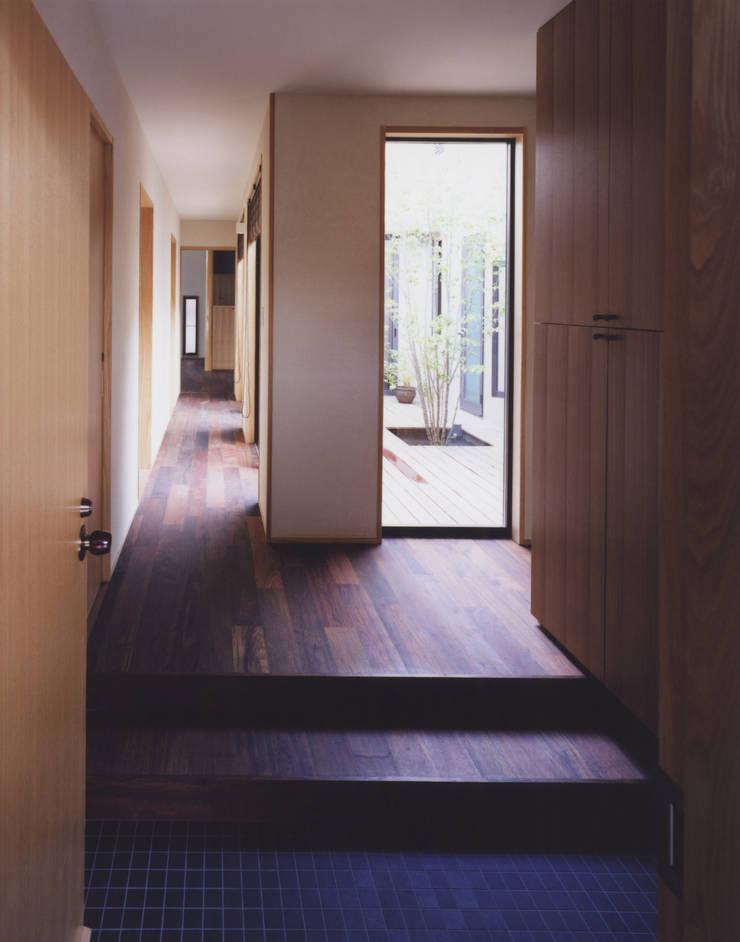 玄関、廻廊: 矩須雅建築研究所が手掛けた廊下 & 玄関です。