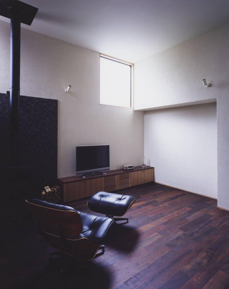 リビングルーム2: 矩須雅建築研究所が手掛けたリビングです。