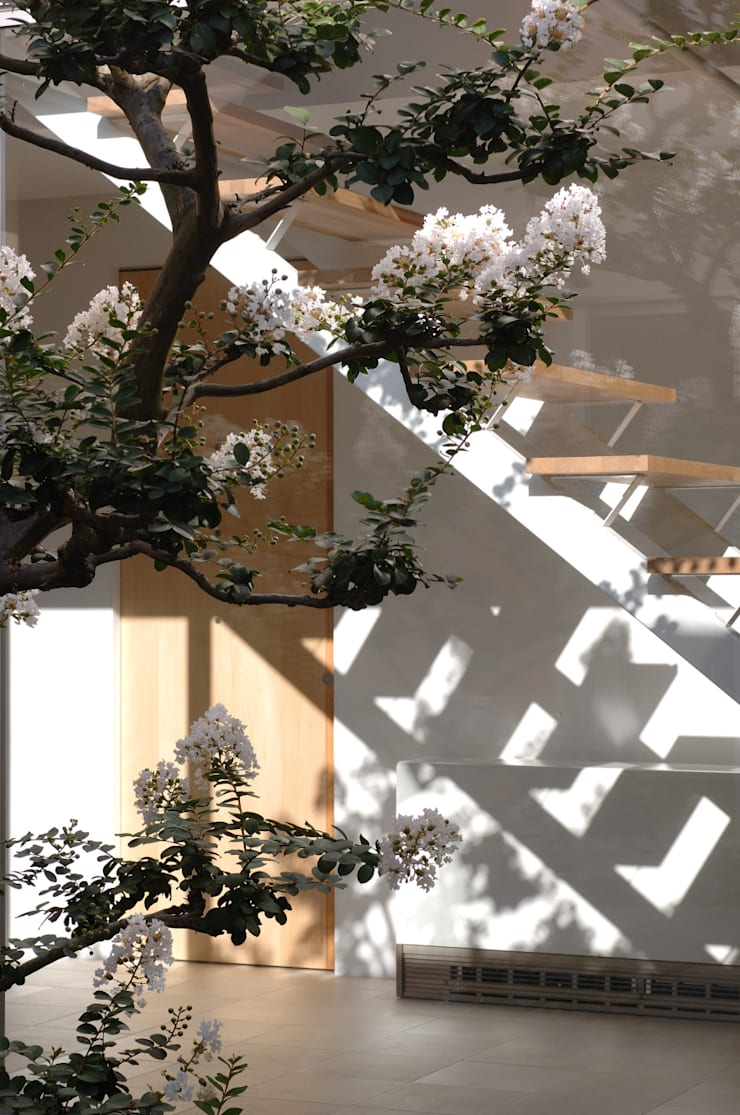 泉台の家: 株式会社ギミックが手掛けた廊下 & 玄関です。