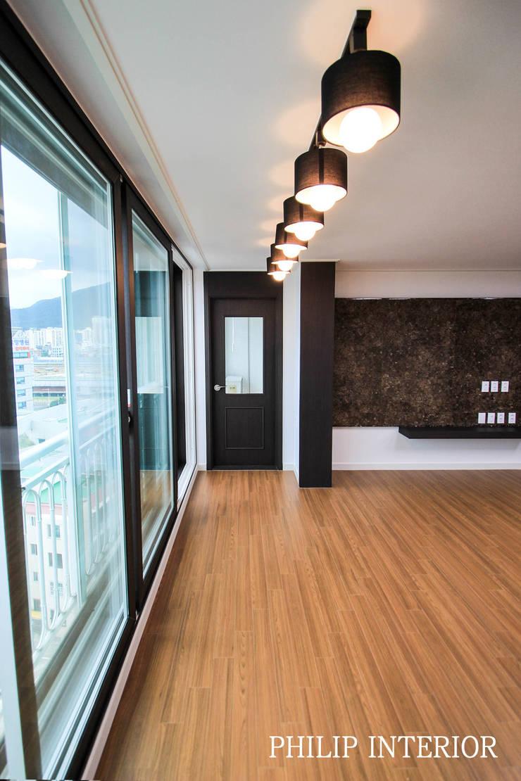 부산 부곡 LG아파트 거실: 필립인테리어의