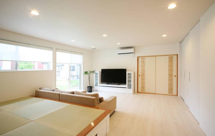 リビングルーム (小上がりのある): 吉田設計+アトリエアジュールが手掛けたリビングです。