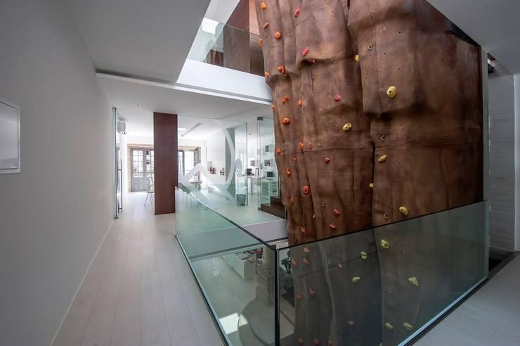 Reabilitação de Edifício Sede Social dos Amigos da Montanha: Corredores e halls de entrada  por Risco Singular - Arquitectura Lda
