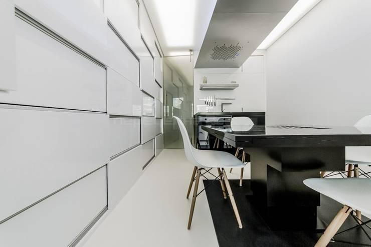 ДВЕРЬ: Кухни в . Автор – Arch Group, Эклектичный