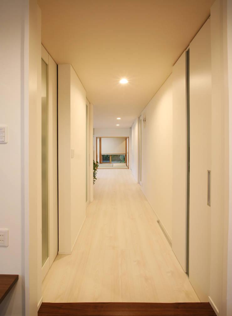 廊下 : 吉田設計+アトリエアジュールが手掛けた廊下 & 玄関です。