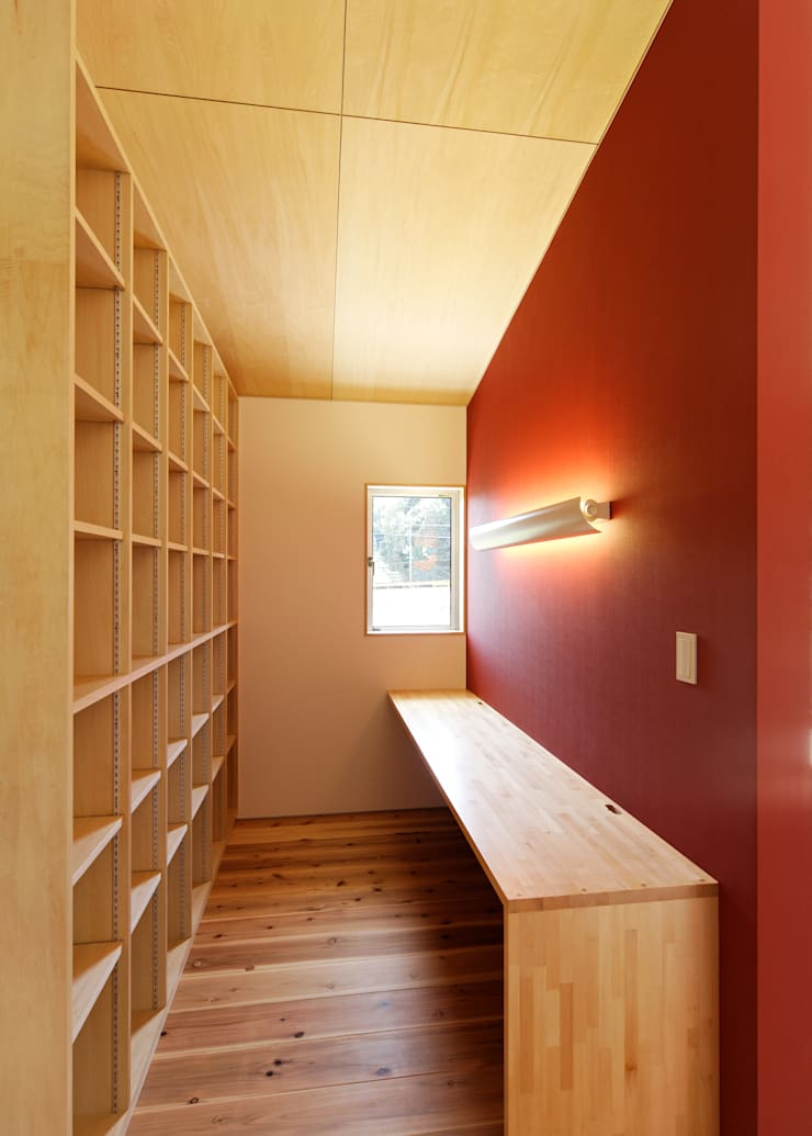 HOUSE M: 株式会社 長野総合建築事務所が手掛けた書斎です。,