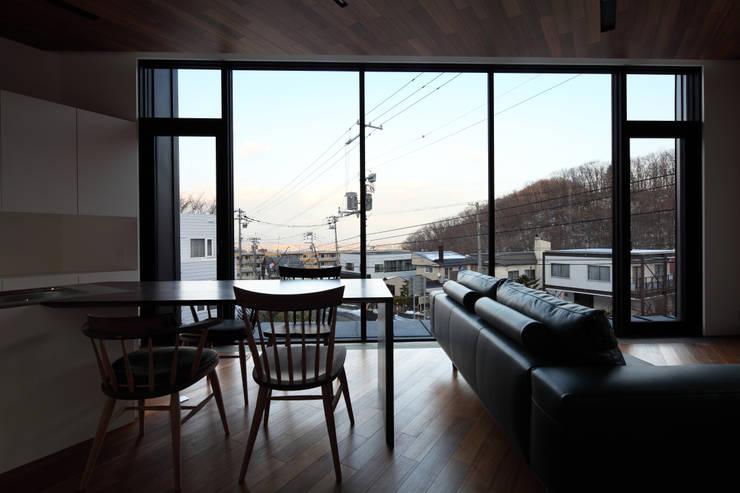 Salones de estilo  de 株式会社コウド一級建築士事務所, Moderno