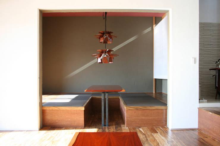 中津O邸 Nakatsu O house: 一級建築士事務所たかせaoが手掛けたリビングです。