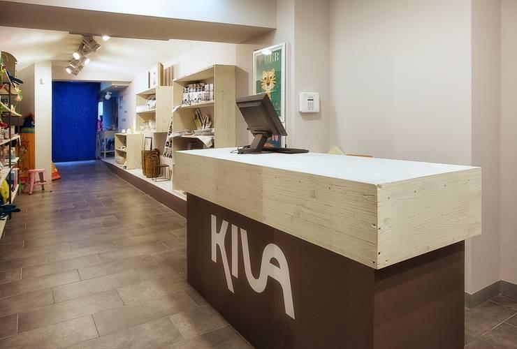 Mostrador revestido de madera de encofrar tricapa: Oficinas y tiendas de estilo  de Paletto's Furnature