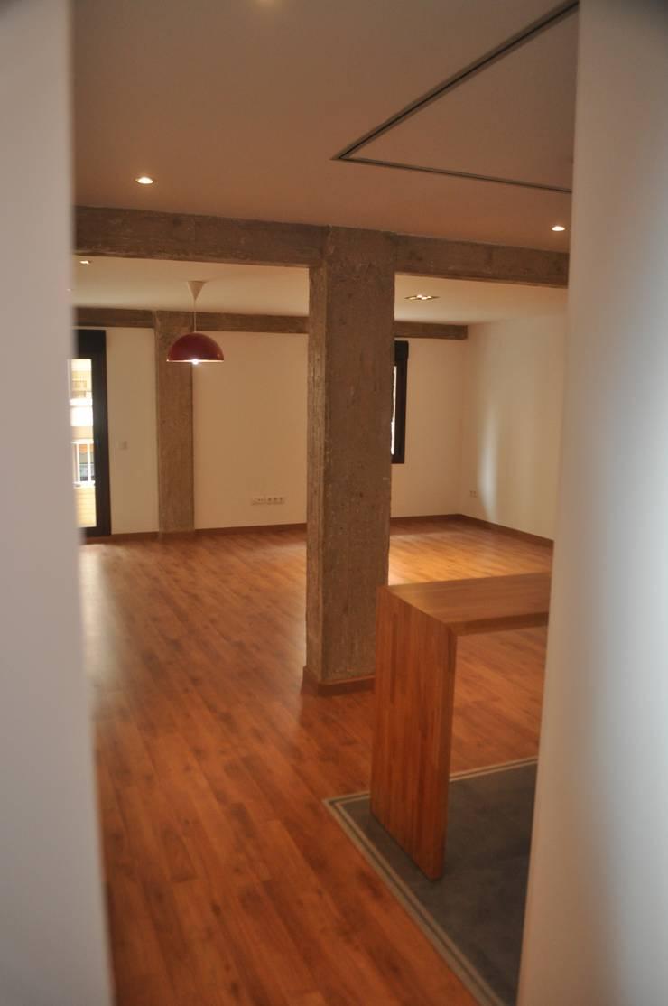 El acceso.: Salones de estilo  de 3 M ARQUITECTURA